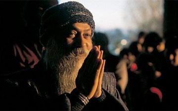 Osho est l'un des mystiques contemporains les plus connus et les plus provocateurs du XXe siècle Osho-namaste